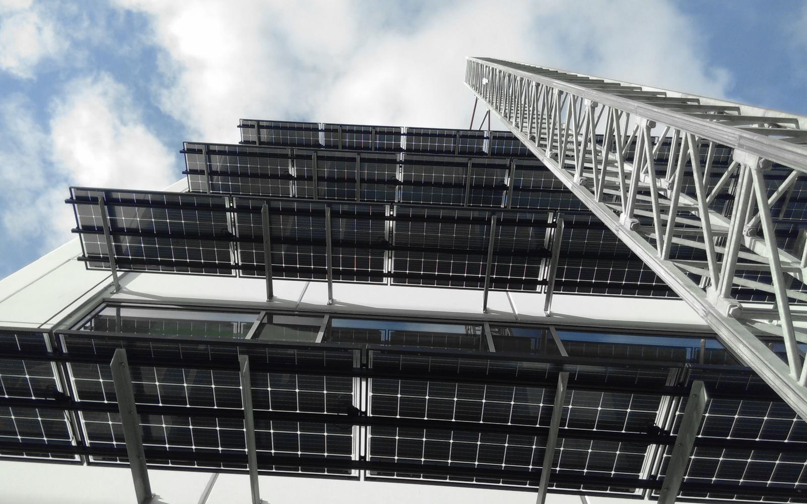 solpaneler mot vägg underifrån