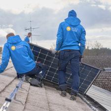 Montering av solceller på tak av Solect Powers personal