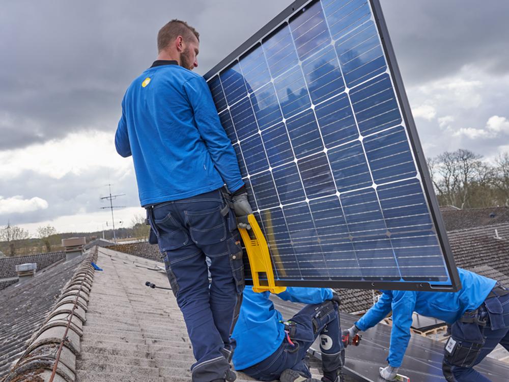 Solceller på väg att monteras på tak